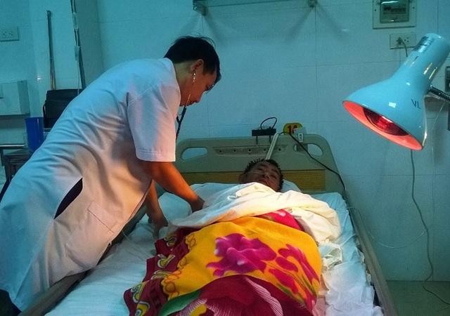 Bác sĩ thăm khám cho các thuyền viên bị nạn
