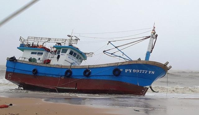 Tàu cá bị của ngư dân Phú Yên bị bão số 12 đánh dạt vờ biển Quy Nhơn (Bình Định).