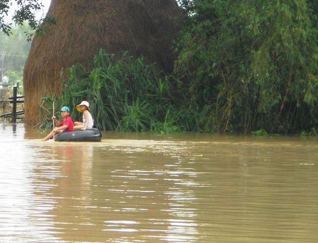 Lũ mới làm hơn 10.000 học sinh trên địa bàn huyện Tuy Phước phải nghỉ học sáng nay (24/11).