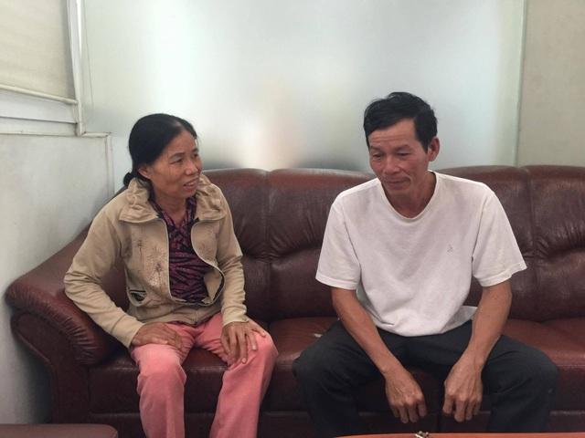 Bố và mẹ của Linh đi kêu oan cho con mình.