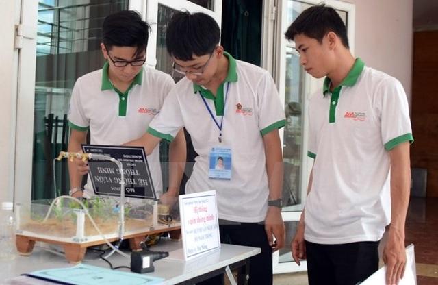 Các thí sinh kiểm tra lại hoạt động của sản phẩm sáng tạo trong môn thi Phần mềm sáng tạo tại Hội thi tin học trẻ toàn quốc. (Ảnh: Quốc Dũng/TTXVN).