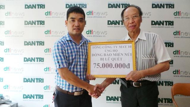 Ông Lê Quang Hưng, thành viên Ban chấp hành Công đoàn của Tổng Công ty May 10 trao phần quà đến Tổng Biên tập Báo Dân trí Phạm Huy Hoàn để giúp đỡ người dân vùng núi phía Bắc bị lũ quét.