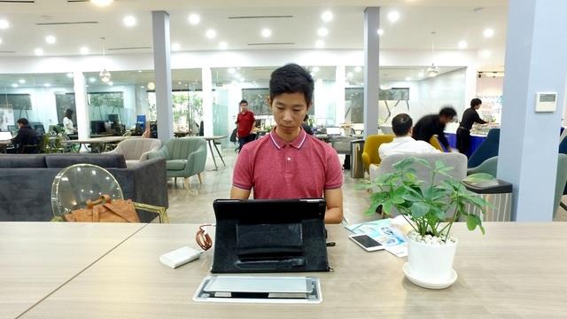 """Thủ lĩnh quán quân Nhân tài Đất Việt 2016 Lê Công Thành tranh thủ làm việc trước khi chương trình workshop: """"Cách mạng công nghiệp 4.0 - Cơ hội nào cho Startup?"""" bắt đầu"""