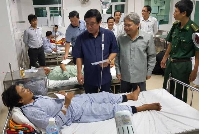 Bí thư Tỉnh ủy Bình Định Nguyễn Thanh Tùng thăm hỏi, động viên các thuyền viên bị nạn đang điều trị tại Bệnh viện Phong - Da liễu Trung ương Quy Hòa (TP Quy Nhơn).