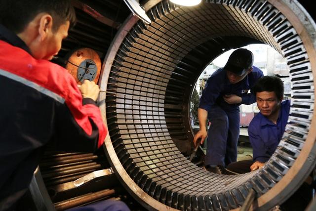Nhiều công nhân cơ khí thường xuyên phải làm việc trong môi trường nặng nhọc, độc hại. Ảnh: HẢI NGUYỄN