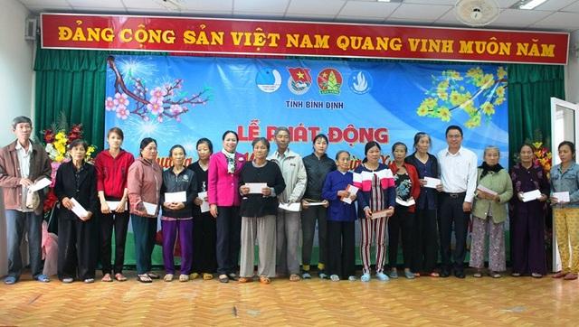 Tặng quà cho người dân vùng lũ tỉnh Bình Định
