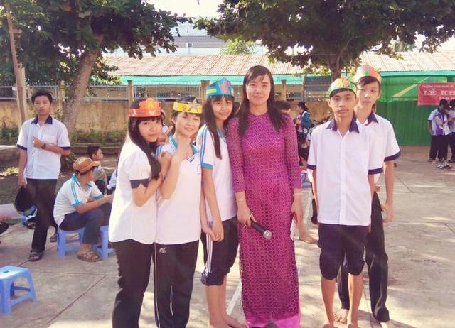 Cô Nguyễn Thị Hồng Vinh đang giảng dạy môn Tin tại trường THCS Nhơn Mỹ, huyện Kế Sách, tỉnh Sóc Trăng.