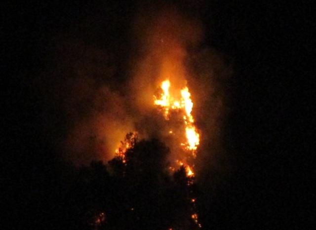 Ngọn lửa bốc cháy ngùn ngụt