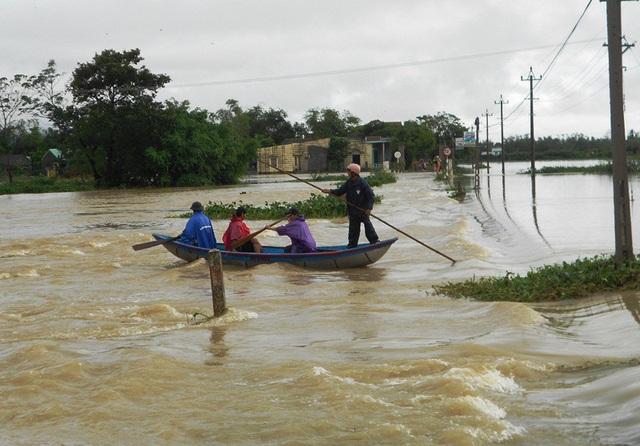 Đợt lũ mới gây ngập lụt nhiều vùng thuộc khu Đông huyện Tuy Phước (tỉnh Bình Định) khiến người dân phải di chuyển bằng ghe hoặc đi xe tải lớn qua các đoạn tràn nước ngập sâu