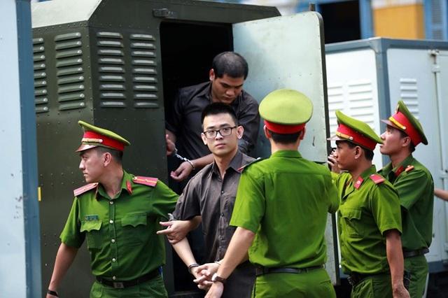 Bị cáo Thiện (đeo kính) người trực tiếp ra lệnh cho bị cáo Vy kích nổ quả bom tại sân bay Tân Sơn Nhất (ảnh: CTV).