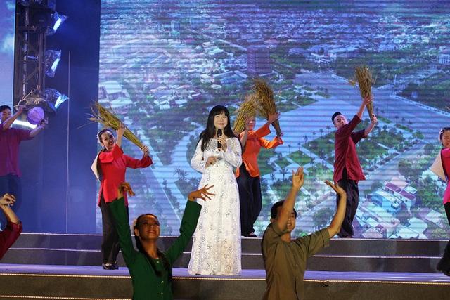 Ca sĩ Ánh Tuyết trở về với quê hương Quảng Nam và mở màn chương trình với ca khúc Quảng Nam yêu thương. Phần trình diễn của chị nhận được nhiều sự ủng hộ từ khán giả. Phần múa minh họa của vũ công đã vẽ lên khung cảnh đồng quê trên sân khấu những hoạt cảnh làng nghề Quảng Nam như làng gốm Thanh Hà, đèn lồng Hội An, làng dệt lụa Mã Châu…