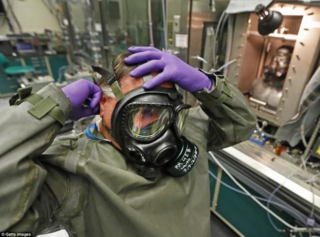 Trong quá trình hoạt động, căn cứ đã từng trở thành đề tài tranh luận trong dư luận Mỹ, khi Lầu Năm Góc phát hiện quân đội Mỹ đã vô tình gửi nhầm mẫu khuẩn bệnh than chưa được khử hoạt tính ra căn cứ khác ở Mỹ và nước ngoài. Mọi việc đã được xử lý ổn thỏa và không có rủi ro nào xảy ra. Trong ảnh: Một kỹ thuật viên đeo mặt nạ dưỡng khí chuẩn bị thực hiện thử nghiệm hóa học tại phòng thí nghiệm Smartman.
