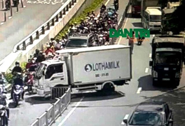 Hiện trường chiếc xe tải nhẹ của một công ty sữa gây tai nạn trên đường vào hầm Thủ Thiêm, phía bờ quận 1, TPHCM chiều ngày 16/10.