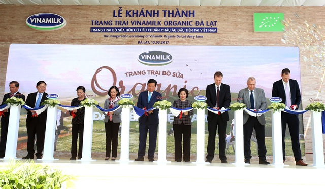 Nghi thức cắt băng Khánh thành Trang trại Organic Đà Lạt, mở rộng hành trình mang những sản phẩm sữa tươi 100% Organic đạt chuẩn châu Âu đầu tiên tại Việt Nam đến với người tiêu dùng.