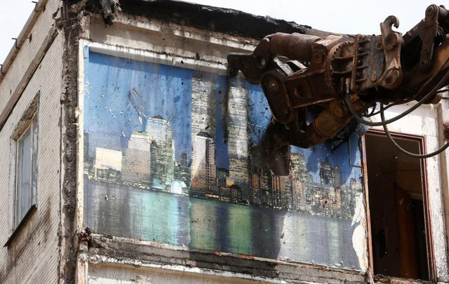 Chính quyền thành phố Moscow đã lên kế hoạch phá hủy những khu nhà tập thể đã xuống cấp từ thời Liên Xô, đưa ra kế hoạch tái định cư cho hàng triệu cư dân sống trong những căn nhà này. Trong ảnh: Một máy xúc đang phá hủy một tòa nhà 5 tầng trong khuôn khổ dự án. (Ảnh: Reuters)