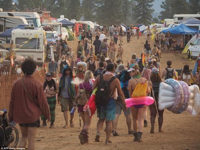 Người Mỹ lần cuối cùng được chiêm ngưỡng nhật thực toàn phần vào năm 1918. Hôm nay, ngày 21/8, sau gần 100 năm, người Mỹ sẽ được chiêm ngưỡng hiện tượng thiên văn này thêm một lần nữa. Trong ảnh, hàng ngàn người đổ xô về Lễ hội Oregon Eclipse Burning Man, trong Rừng Quốc gia Ochoco của bang Oregon chờ ngắm nhật thực toàn phần. (Ảnh: AFP/ Getty)