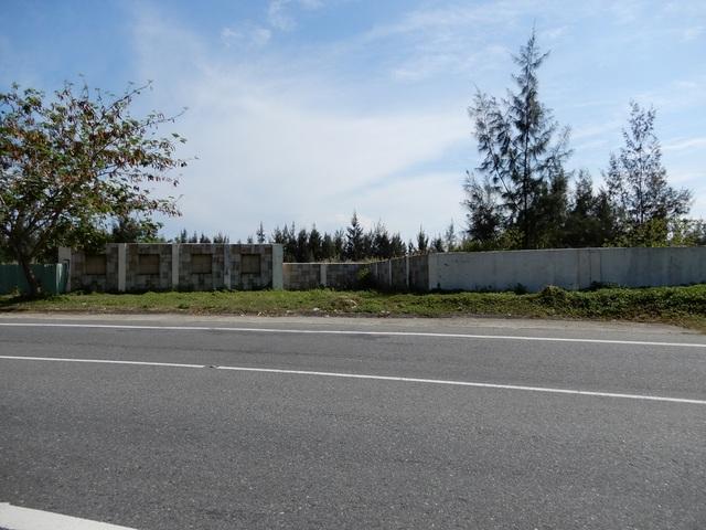 """Dọc tuyến đường lên Bán đảo Sơn Trà nằm mép biển là những khu nghỉ dưỡng được khởi công xây dựng đã nhiều năm nhưng đến nay vẫn còn """"đắp chiếu"""" khiến những ngôi biệt thự nơi đây trở thành hoang phế."""