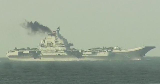 Tàu Liêu Ninh thải ra khói đen (Ảnh: TVB)