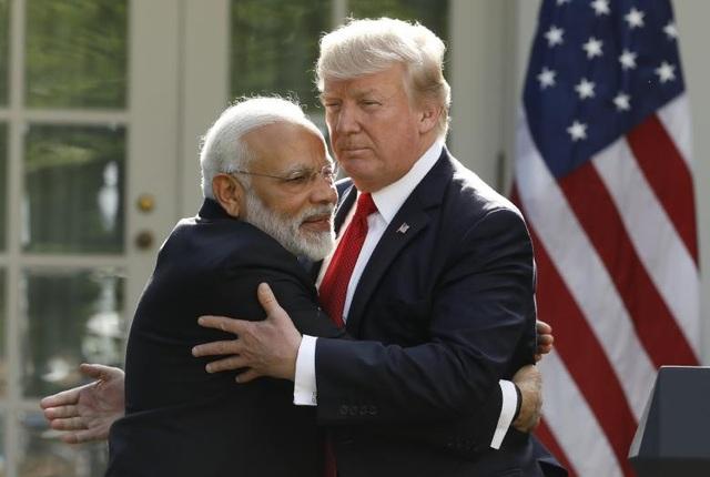 Trước khi buổi gặp mặt diễn ra, một quan chức Lầu Năm Góc xác nhận Bộ Ngoại giao Mỹ đã thông qua hợp đồng trị giá 366 triệu USD nhằm bán các máy bay vận tải Boeing C-17 cho Ấn Độ. Trong ảnh: Tổng thống Trump và Thủ tướng Modi dành cho nhau cái ôm thân mật tại Vườn Hồng. (Ảnh: Reuters)