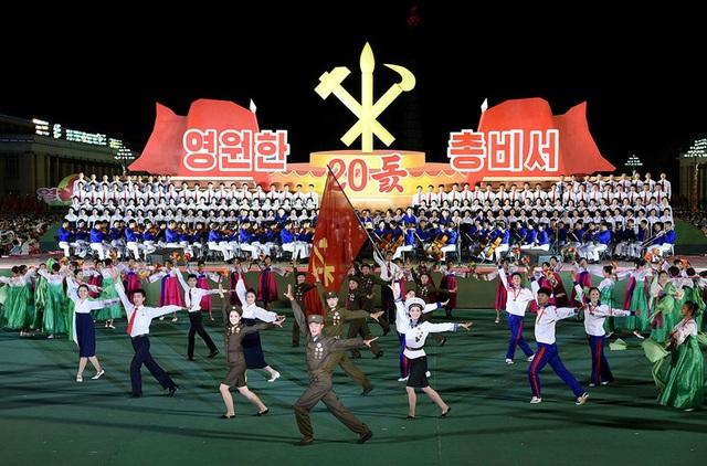 Ngày 8/10 tại thủ đô Bình Nhưỡng, Triều Tiên tổ chức lễ kỉ niệm 20 năm ngày cố lãnh đạo Kim Jong-il trở thành Tổng bí thư đảng Lao động Triều Tiên (WPK). Ông Kim Jong-il đã giữ chức vụ này 17 năm liên tiếp trước khi qua đời vào ngày 17/12/2011. Đảng lao động Triều Tiên đã truy phong cho ông Kim Jong-il chức tổng bí thư vĩnh viễn, đồng thời bầu nhà lãnh đạo Kim Jong-un trở thành Chủ tịch đảng vào hồi tháng 5/2016. (Ảnh: KCNA)