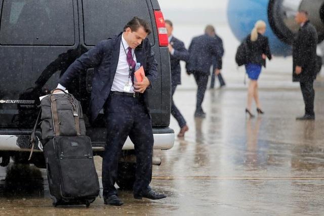 """Giám đốc truyền thông Nhà Trắng Anthony Scaramucci tháp tùng Tổng thống Donald Trump tới Ronkonkoma, New York. Ông mới được bổ nhiệm vào chính quyền của Tổng thống Trump gần đây và đã gây không ít ồn ào với những tuyên bố """"giật gân"""". Gần đây, ông cam kết sẽ chặn mọi nguồn tin bị tiết lộ."""