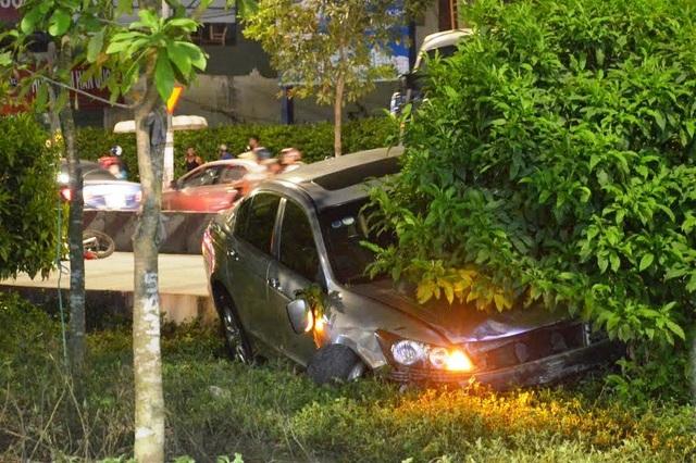 Chiếc ô tô sau khi gây tai nạn liên hoàn đã lao vào dải phân cách ven đường mới dừng lại.