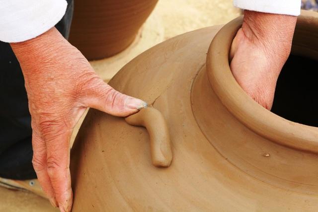 Theo nghệ nhân Nguyễn Thị Mai, từng công đoạn làm gốm, người thợ gửi hồn mình vào những cục đất vô tri vô giác để tạo nên một sản phẩm gốm hoàn chỉnh và có hồn. Từ những sản phẩm làm vật dụng bình thường hay những sản phẩm mỹ nghệ thì người thợ cần phải có lòng đam mê và tâm huyết với nghề.