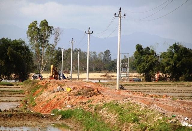 Xe chở cát từ nhiều mỏ cát dọc sông Kôn rồi chạy qua QL 19 khiến tuyến quốc lộ này mới đưa vào sự dụng không lâu đã xuống cấp