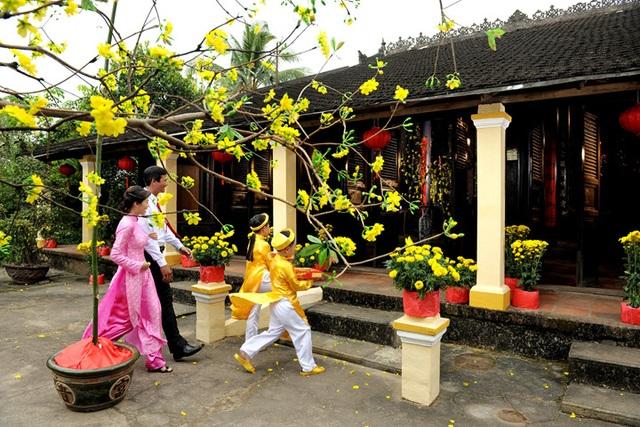 Xông nhà: Một trong những nét văn hóa tinh thần của người Việt cũng trở thành dịch vụ tìm đúng người, hợp tuổi xông nhà ngày đầu năm mới.