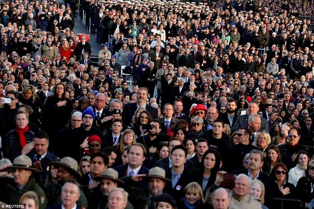 Hàng ngàn người ủng hộ ông Trump đã có mặt tại sự kiện. Trong ảnh, người dân đang đứng nghiêm trang khi quốc ca Mỹ được cử hành.