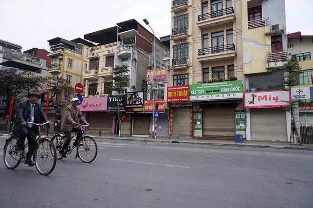 Những người già đạp xe thong dong trong buổi sáng đầu năm.