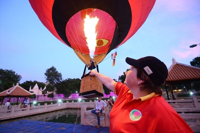 Chuyên gia nước ngoài đang điều khiển khinh khí cầu mi-ni.