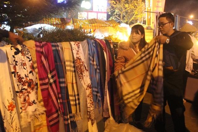 Đôi bạn trẻ đang lựa chọn những chiếc khăn về tặng bạn bè và người thân