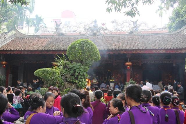 Trưa nay (2/2), lượng người đổ về đền Quán Thánh rất đông.