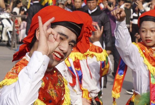 Một động tác duyên dáng, lả lơi của vũ công Triệu Đăng Dương. Đây là lần đầu tiên Dương được tham gia đội múa.
