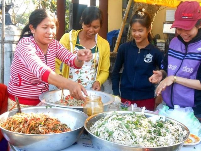 Nhiều món ăn truyền thống dân dã như bánh đúc, bánh thuẫn…được bày bán tại chợ quê