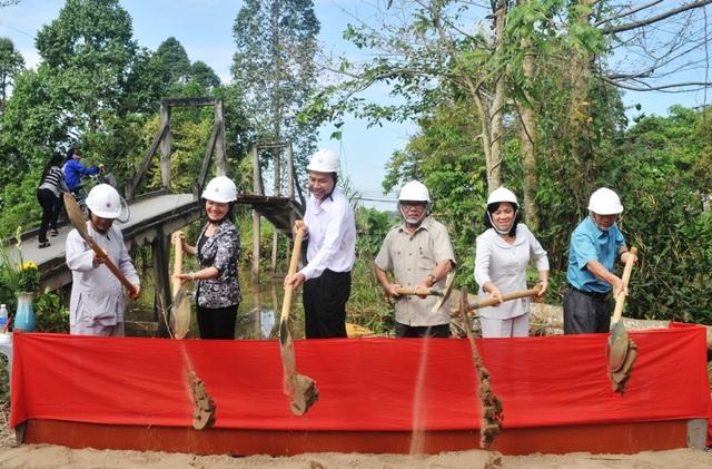 Các đại biểu tiến hành nghi thức động thổ, khởi công xây cầu Dân trí bắc qua kênh Cái Bàn