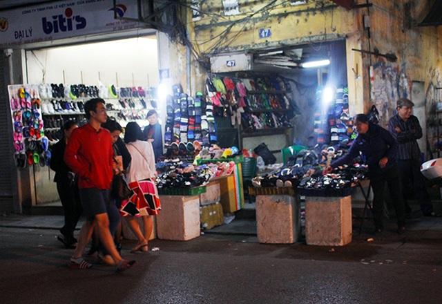 Phố Hàng Giầy, chủ kinh doanh còn bày bán xuống cả lòng đường. Việc trao đổi buôn bán như vậy không chỉ gây khó khăn cho người đi bộ mà cho cả người tham gia giao thông.