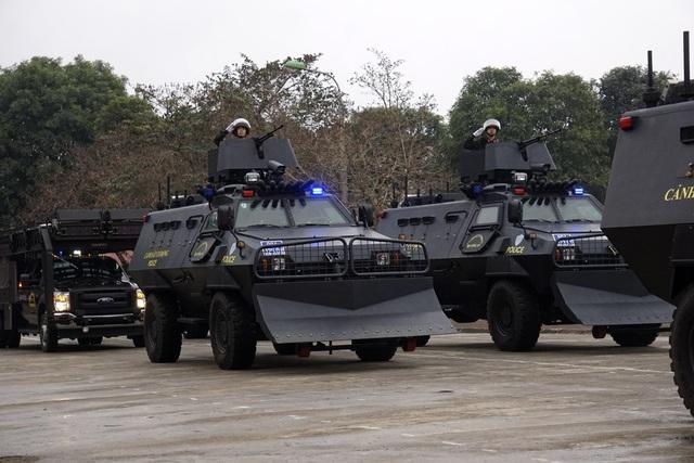 Phần diễu hành các khí tài chuyên dụng chấn áp tội phạm. Xe bọc thép đặc chủng có kính chống đạn, chuyên dùng cho các nhiệm vụ chống tụ tập đông người, trinh sát, hộ tống...