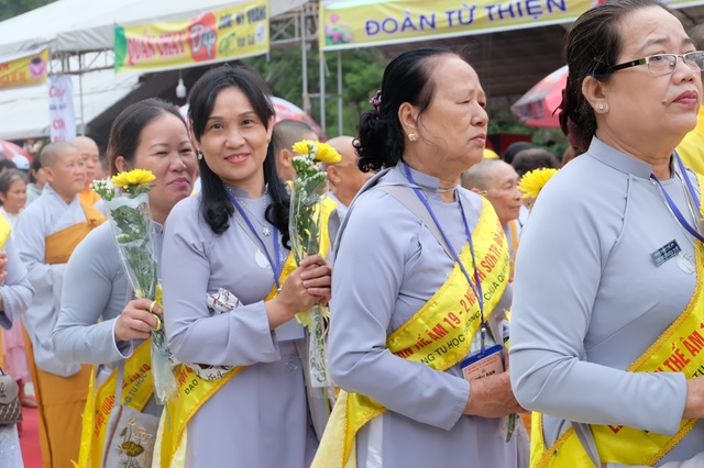 Phật tử thành kính dâng hoa