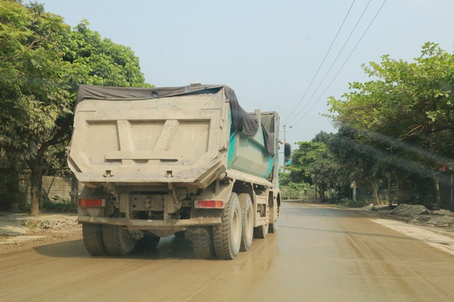 Xe tải cày ngày cày đêm nhưng không có lực lượng chức năng nào dẹp bỏ khiến QL 12B phải gồng mình chịu xe quá tải.