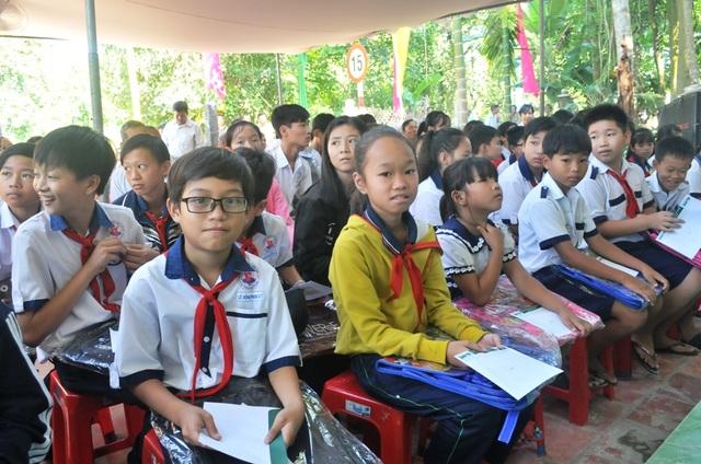 Niềm vui của các em học sinh khi được nhận học bổng và cặp mới nhân ngày khánh thành cầu Dân trí