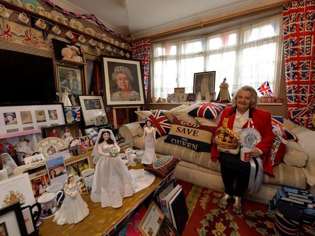 Bà cụ sinh sống ở thành phố London, Anh - Margaret Tyler - thường sưu tập những món đồ mang chủ đề về Hoàng gia Anh.