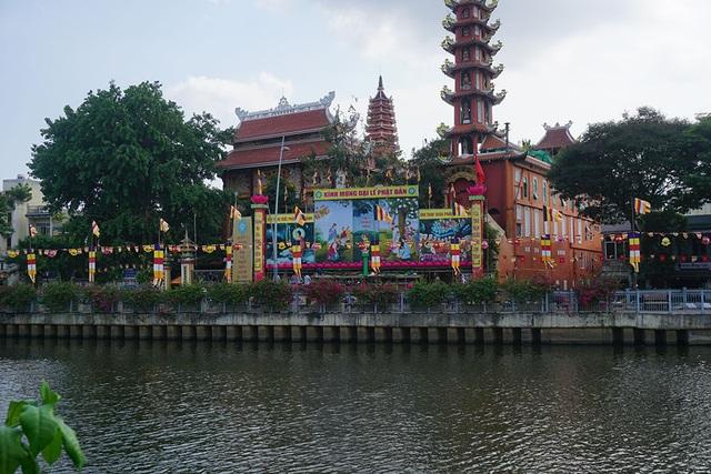 Sài Gòn rực rỡ cờ hoa đón mừng đại lễ Phật đản - 10