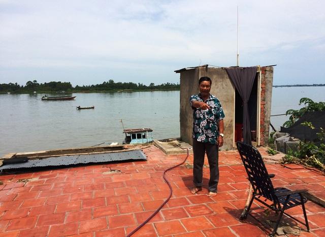 Ông Nguyễn Văn Pho - ấp Bình Hòa, cho biết chỗ ông đứng là căn nhà sau của ông, chẳng biết sụp xuống sông giờ nào. Hiện ông đã dọn đồ sát quốc lộ 30 sinh sống.