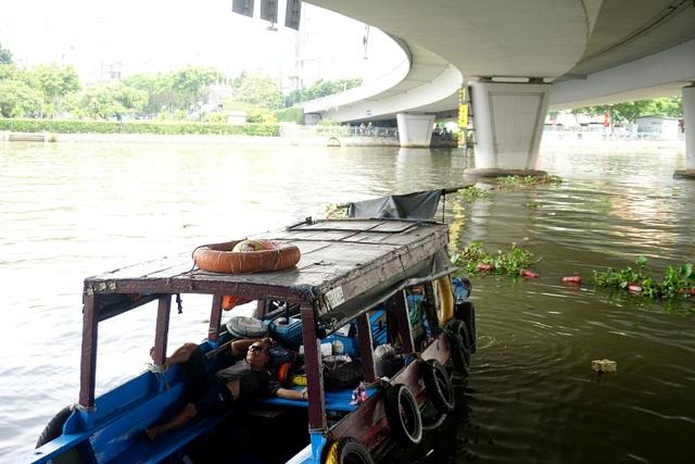 Người đàn ông ngủ trưa dưới thuyền dưới gầm cầu Khánh Hội.