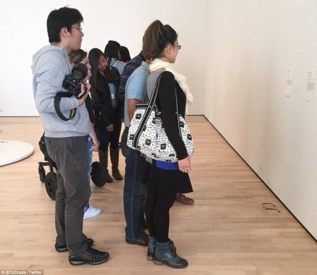 Chiếc kính nhanh chóng thu hút sự chú ý của các du khách.