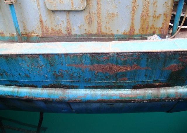 Vỏ tàu rỉ sét mà cơ sở đóng tàu cho rằng là do nước biển mặn, do thời tiết khắc nghiệt