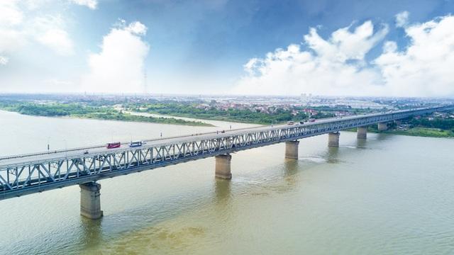 Cầu Thăng Long được khởi công xây dựng năm 1974 và chính thức khánh thành vào ngày 9/5/1985. Cầu giàn thép dài 3.250 m, gồm 2 tầng với 25 nhịp phần cầu chính và 46 nhịp.  Cầu được xem là một trong những biểu tượng của tình hữu nghị. Đây là cây cầu có thời gian thi công lâu nhất của Hà Nội.