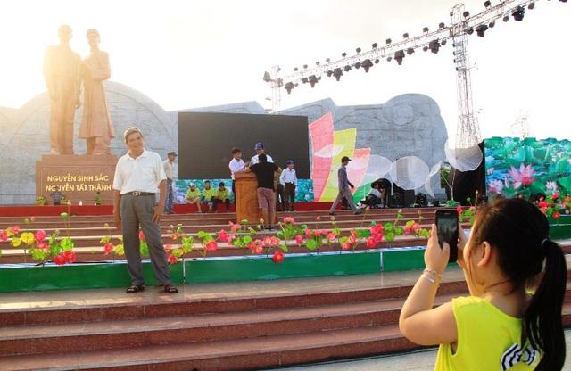 Hai ông cháu đến chụp hình trước khi diễn ra Lễ khánh thành công trình tượng đài Nguyễn Sinh Sắc - Nguyễn Tất Thành